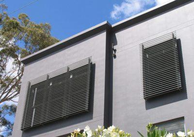 brise-soleil-orientable-pose-contre-facade-d-immeuble