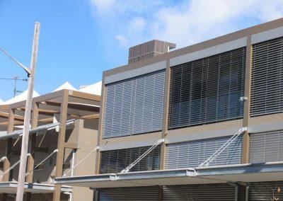 brise-soleil-orientable-sur-facade-de-batiment-industriel