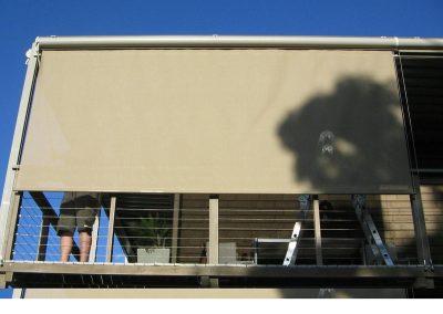 store-enrouleur-exterieur-coffre-manivelle-maintenu-dans-cablespour-facade-appartement