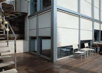 store-enrouleur-exterieur-dans-glissieres-motorise-beige-toile-technique-sur-facade-immeuble