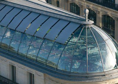 store-enrouleur-exterieur-sur-toiture-vitree-toile-technique-serge-ferrari-soltis