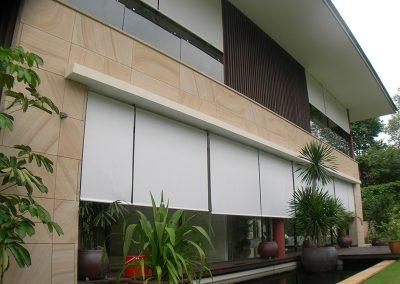 store-enrouleur-exterieur-tenu-par-cables-toile-technique-pour-facade-hotel