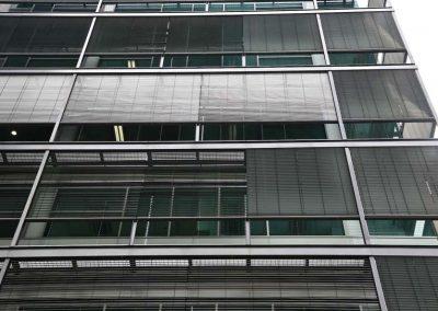 vue-de-dessous-des-brises-soleil-orientables-sur-facade-de-batiment